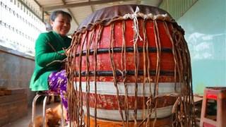隆安省努力保护平安皮鼓手工制作业(组图)