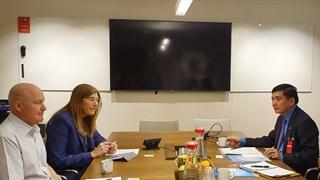 越南劳动总联合会主席裴文强同瑞典总工会领导举行会谈