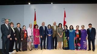 越南国家副主席邓氏玉盛在瑞士会见越南知识分子代表