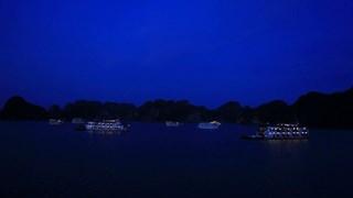 下龙湾游船上过夜旅游颇受游客青睐