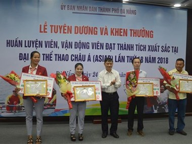 岘港对参加2018亚运会的优秀教练员和运动员进行表彰