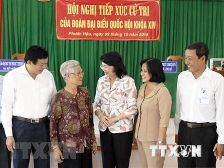 越南国家代主席邓氏玉盛在永隆省开展选民接待活动