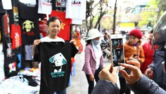 美朝领导人第二次会晤的纪念品吸引游客的眼球