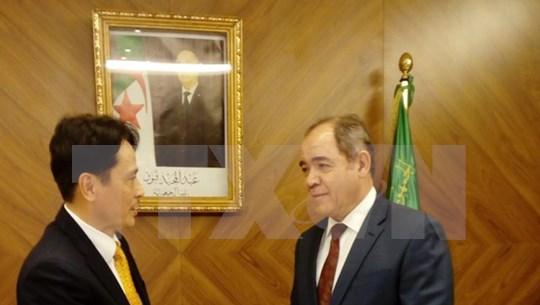 阿尔及利亚总统高度评价越南的发展成就