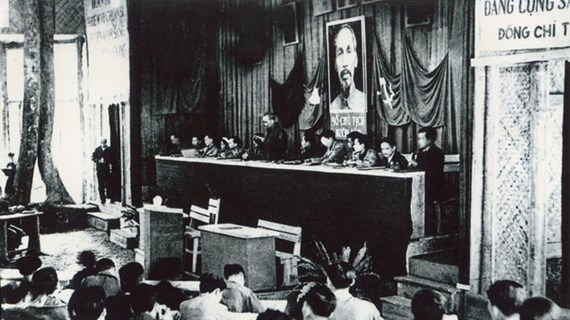 """通过""""伟大的越南共产党""""展览会加强爱国传统教育"""