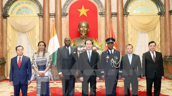 陈大光主席接受五国新任驻越南大使递交国书
