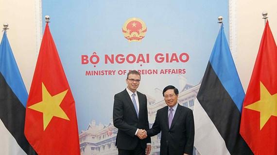 越南政府副总理兼外长范平明与爱沙尼亚外长斯旺·米克塞尔举行会谈