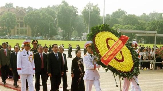 出席越南祖国阵线第九次全国代表大会的代表团拜谒胡志明主席陵墓