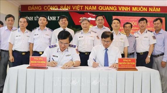 越南海警与庆和省渔民同行