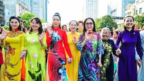 """旅居老挝越南人举行第一届""""越南奥戴之美""""大赛"""