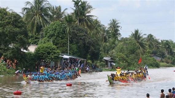 朔庄省高棉族同胞赛前踊跃参加划龙舟训练