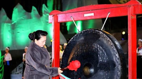 越南国会主席阮氏金银出席2019年和平省文化旅游周开幕式