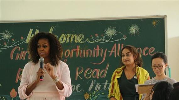 美国前总统夫人造访越南隆安省芹若高中
