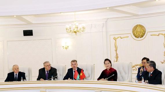 越南国会主席阮氏金银与白俄罗斯共产党领导人举行会谈