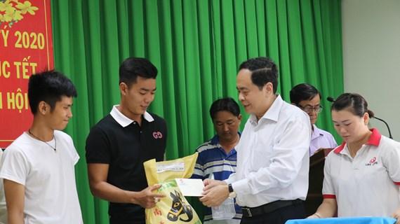 越南祖国阵线中央委员会主席陈清敏在芹苴市开展春节慰问活动