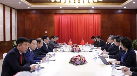 越南政府副总理兼外长范平明在老挝会见中国国务委员兼外长王毅
