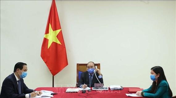 政府总理阮春福与韩国总统文在寅举行电话会谈