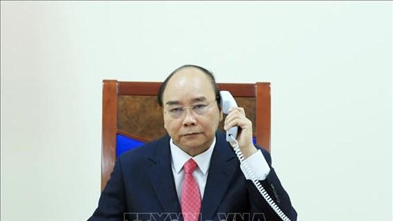 阮春福总理与新加坡总理李显龙通电话