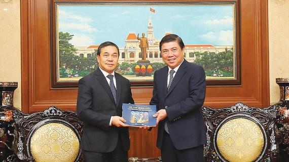 胡志明市加强与老挝和匈牙利各地方的合作关系