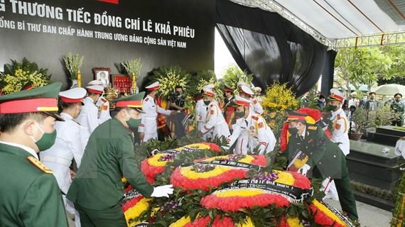 原越共中央总书记黎可漂遗体安葬仪式在河内市梅驿公墓举行