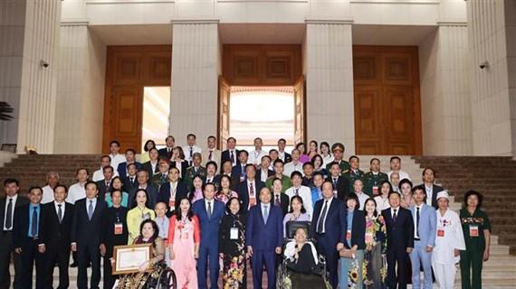 """越南政府总理阮春福出席""""为社会默默奉献的先进人物"""" 表彰大会"""