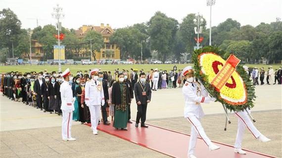 第二次越南少数民族全国代表大会参会代表团入陵瞻仰胡志明主席遗容