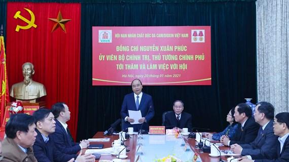 阮春福与越南橙毒剂受害者协会举行工作会议