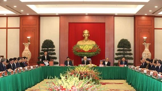 越共中央政治局与越共第十二届原中央政治局委员、书记处书记和中央委员举行见面会