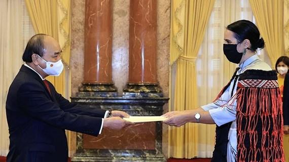 越南国家主席阮春福会见前来递交国书的各国驻越大使