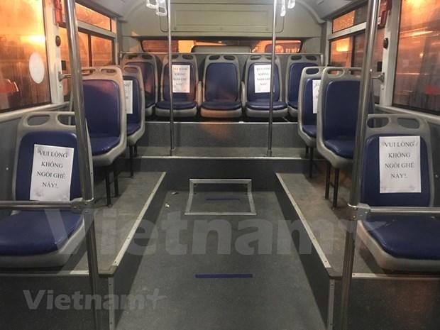 组图:河内公交车恢复运营后乘车的旅客很少 hinh anh 4