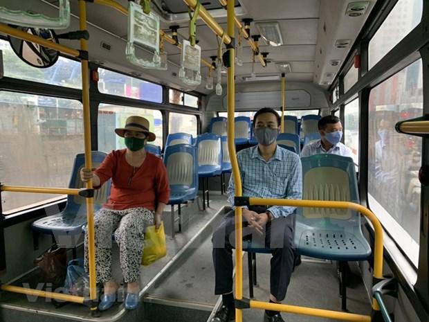 组图:河内公交车恢复运营后乘车的旅客很少 hinh anh 5
