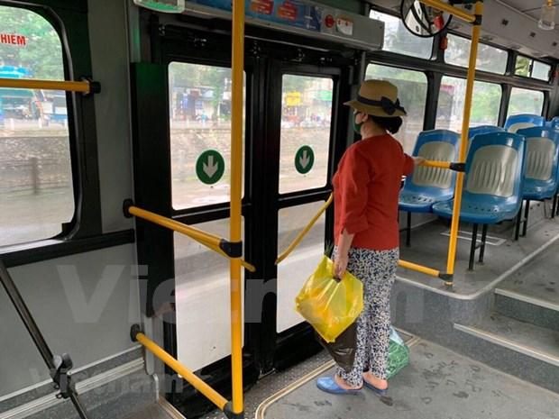 组图:河内公交车恢复运营后乘车的旅客很少 hinh anh 6