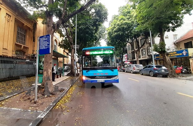 组图:河内公交车恢复运营后乘车的旅客很少 hinh anh 8