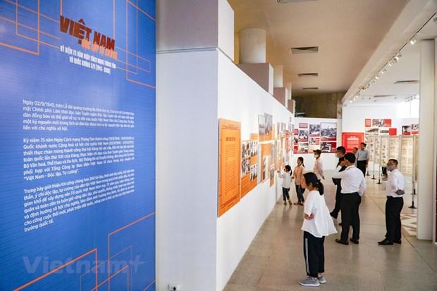 组图:越南特殊摄影展颇受观众的青睐 hinh anh 1