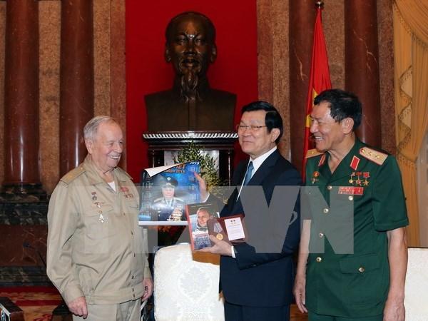 越南国家主席张晋创会见苏联宇航员戈尔巴特科 hinh anh 1