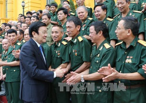 伤残军人与烈士日68周年:张晋创主席亲切会见二号军区老战士 hinh anh 1