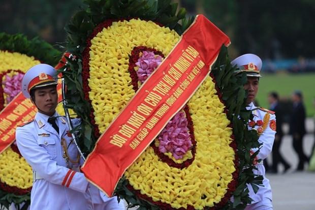 越南伤残军人与烈士日68周年:党和国家领导人向英烈们敬香 hinh anh 1