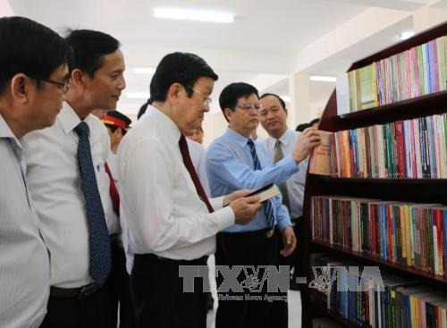 张晋创主席在隆安省阮友寿律师纪念馆上香 hinh anh 1