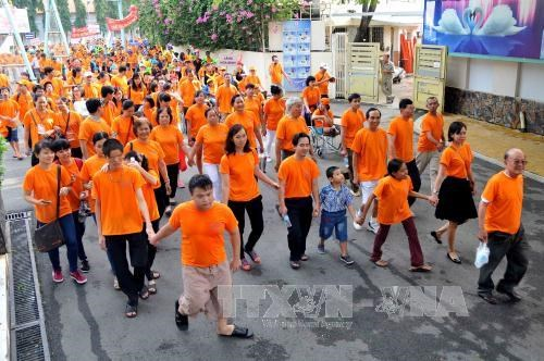 胡志明市:近8000人参加为橙毒剂受害者步行活动 hinh anh 1