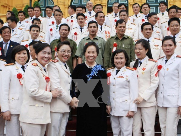 越南国家副主席阮氏缘会见人民公安力量先进模范 hinh anh 1