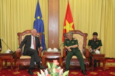 欧盟驻越南代表团团长:越欧防务合作取得积极进展 hinh anh 1