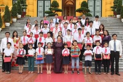 越南国家副主席阮氏缘接见奠边省各民族模范儿童代表团 hinh anh 1