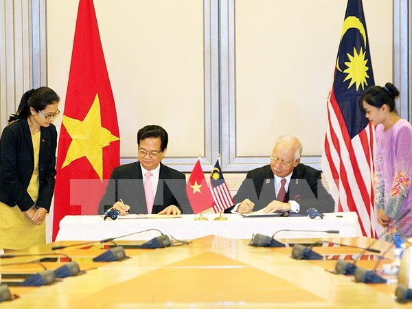 阮晋勇总理圆满结束对马来西亚的正式访问和出席新加坡独立日50周年庆典 hinh anh 1