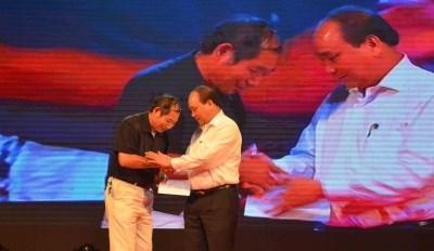 越南政府副总理出席为灾民捐款的慈善音乐会 hinh anh 1