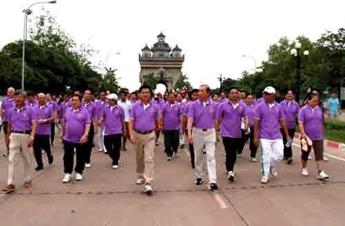 老挝举行健康步行活动 庆祝东盟成立48周年 hinh anh 1