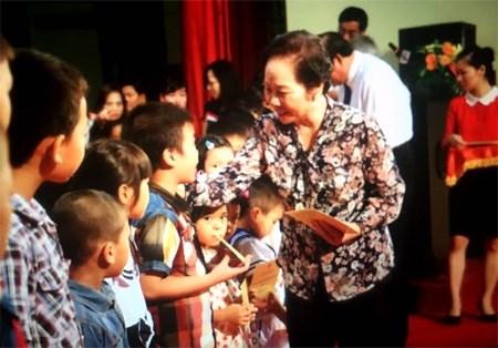 越南国家副主席阮氏缘向河南省优秀师生颁发助学金 hinh anh 1