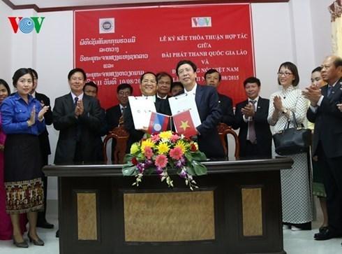 越南国家电视台与老挝国家电视台签署合作协议 hinh anh 1