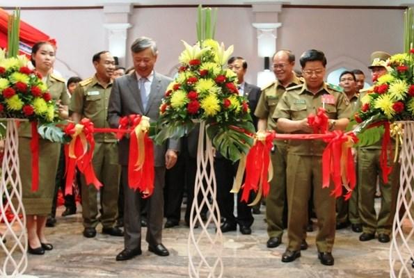 越老安全合作图片展在老挝万象开展 hinh anh 1