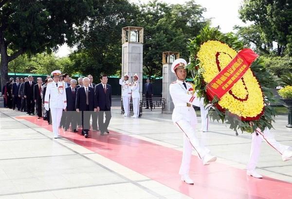 越南党和国家领导人凭吊胡志明主席陵墓 hinh anh 1