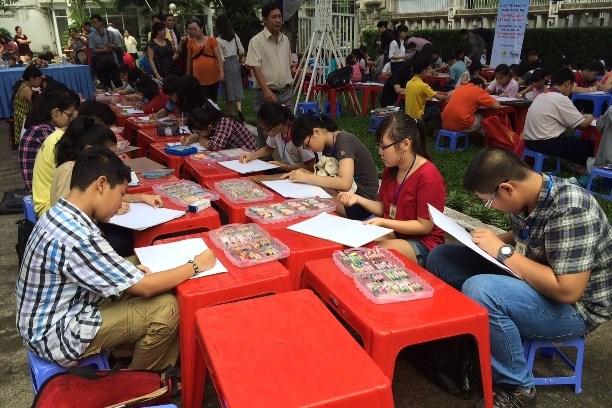 """胡志明市100名学生参加""""越美友谊""""儿童绘画比赛 hinh anh 1"""